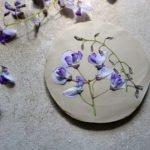 Eine minimalistische Anleitung zum Töpfern von kleinen Tellern mit Pflanzenabdrücken